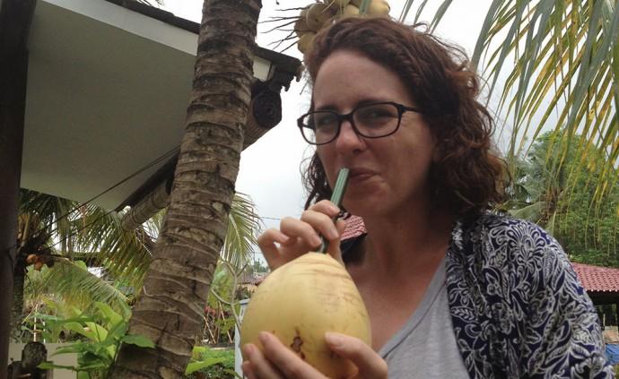 Boire de la noix de coco