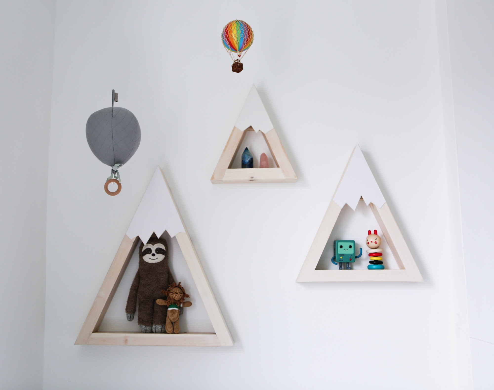 Travel themed nursery - Mountain shelves